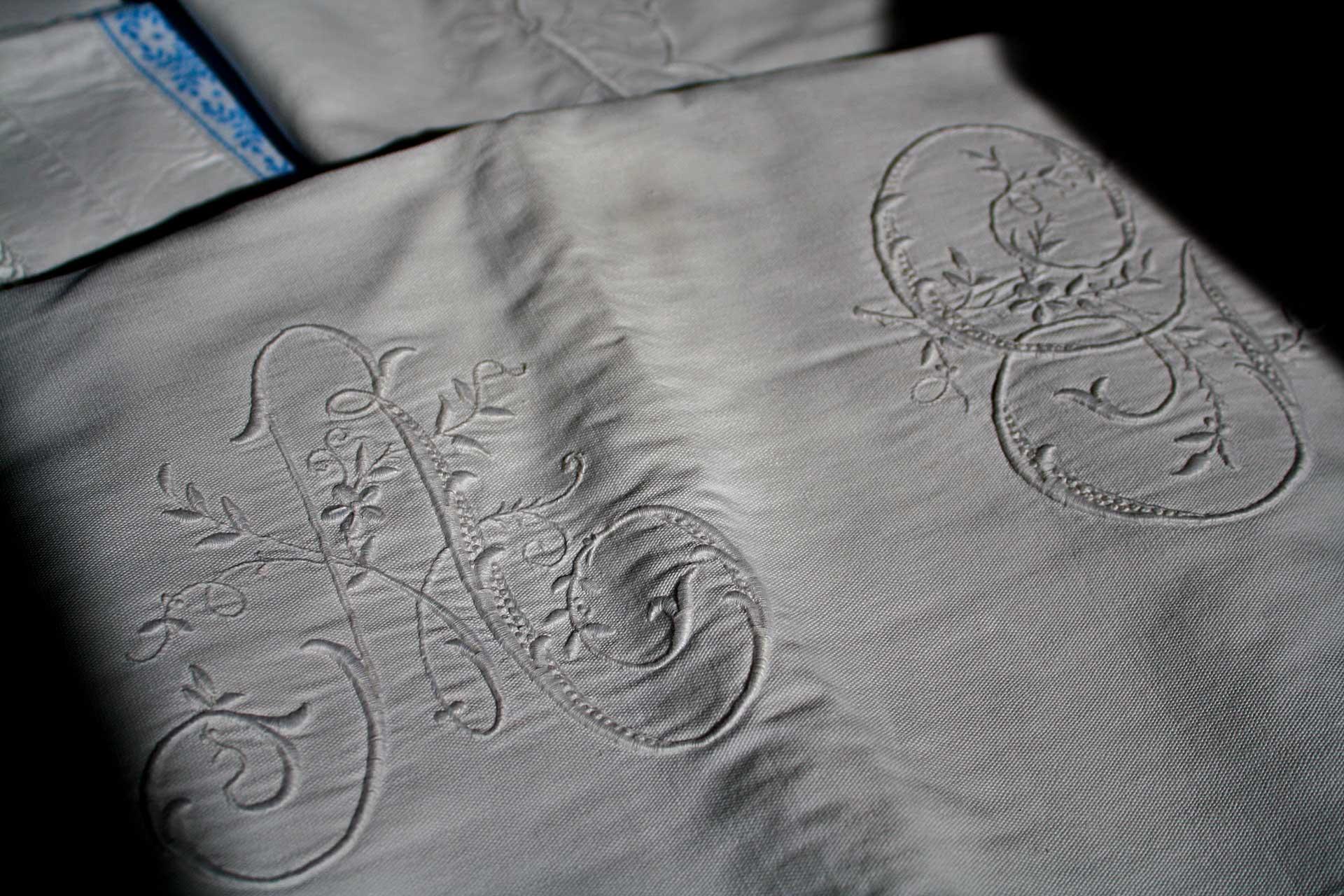 ricamo artigianale lenzuola camere alloggi b&b dolomiti trichiana belluno orto alpino